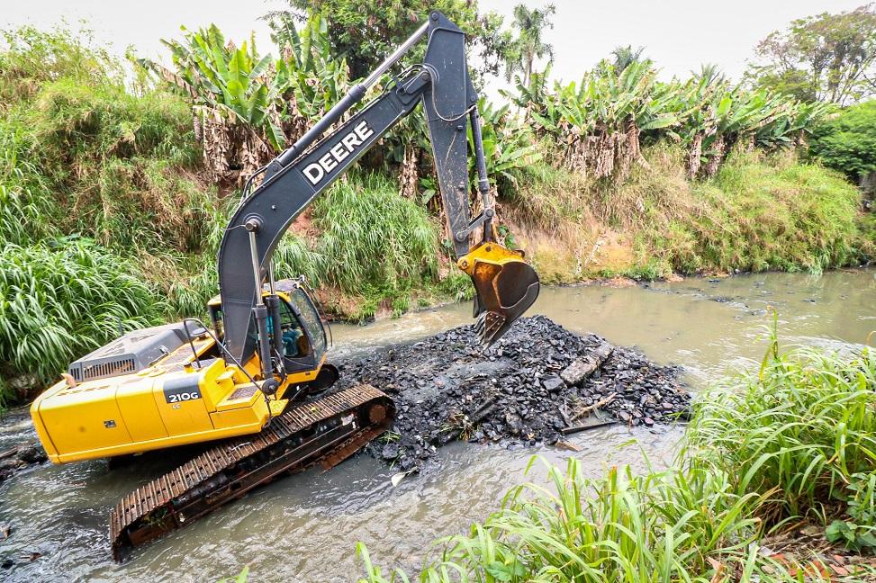 Secretaria de Manutenção realiza limpeza e desassoreamento do Córrego Pirajuçara